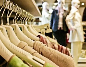 Shoppen tussen de kledingkoopjes