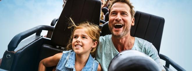 Vader en dochter in achtbaan in Slagharen