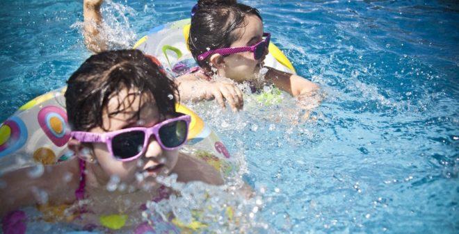 Kids beleven dolle pret in het zwembad